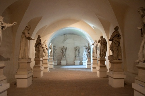 Original_statues_of_saints_and